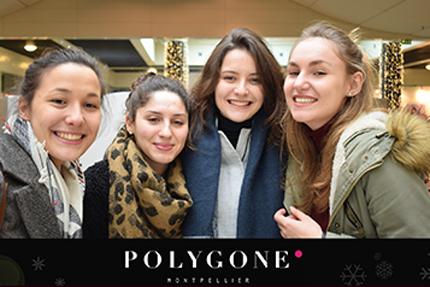 un groupe de femmes se font photographier par une Selfie Box dans un centre commerciale