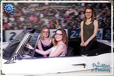 Photo prise par une borne photo de trois femmes assises dans une ancienne voiture au Pavillon des Femmes des 24 heures du Mans