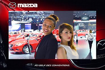 Photo prise par une Selfie Box de deux femmes positionnées dos à dos dans un salon automobile