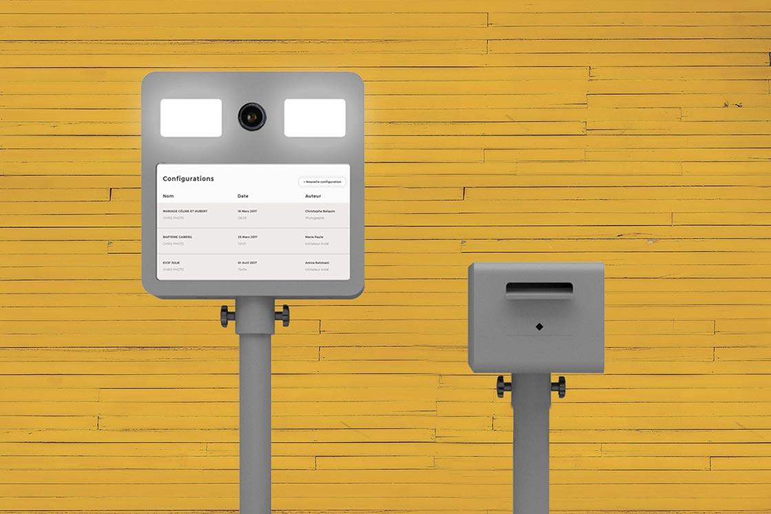selfie box et son imprimante sur fond jaune en bois