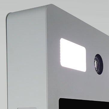 Zoom de la selfie box sur l'écran en haut et les lumières