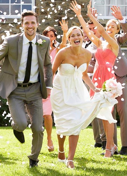 mariés pris en photo avec la selfie-box